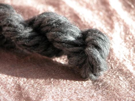 grey_yarn01.jpg